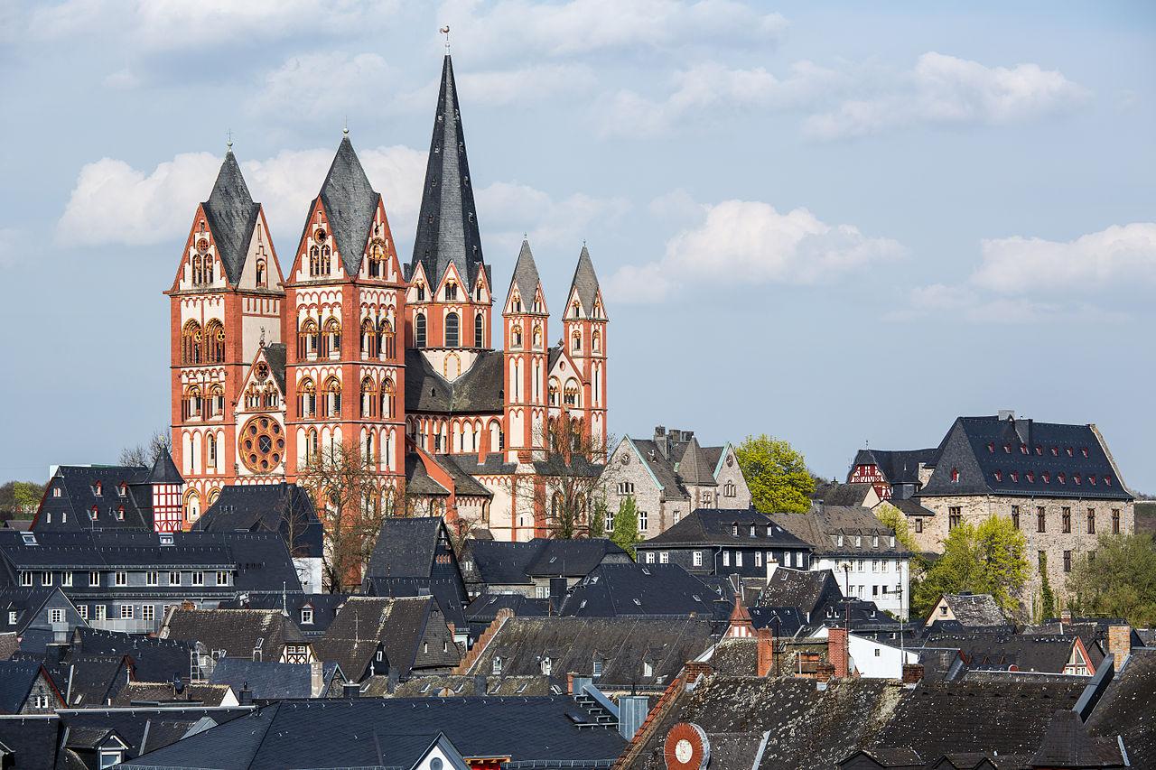 Limburg_an_der_Lahn-Dom_mit_Altstadt_von_Suedwesten-20140402